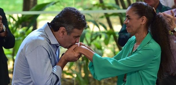 Vestida de verde, sua nova cor, e penteada como uma princesa, Marina Burguesa Silva estende as mãos para que o príncipe Aécio Burguês Neves as beije!!! Conto de Fadas...