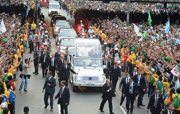 papa-francisco-e-recebido-por-milhares-de-fieis-nas-ruas-do-centro-do-ri